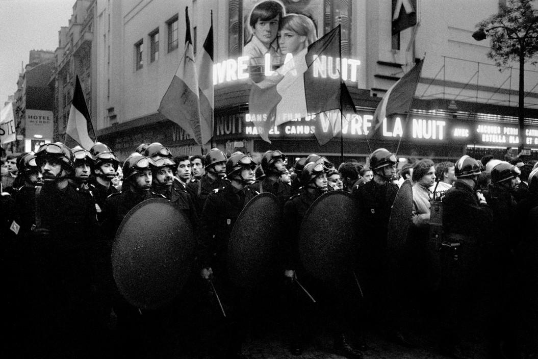Полиция у кинотеатра, Красный май 1968